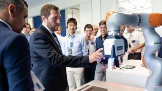 La colaboración entre humanos y robots combina la fuerza humana y la de los robots