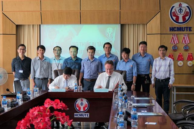 Übergabe von ifm-Geräten an die Ho Chi Minh City University