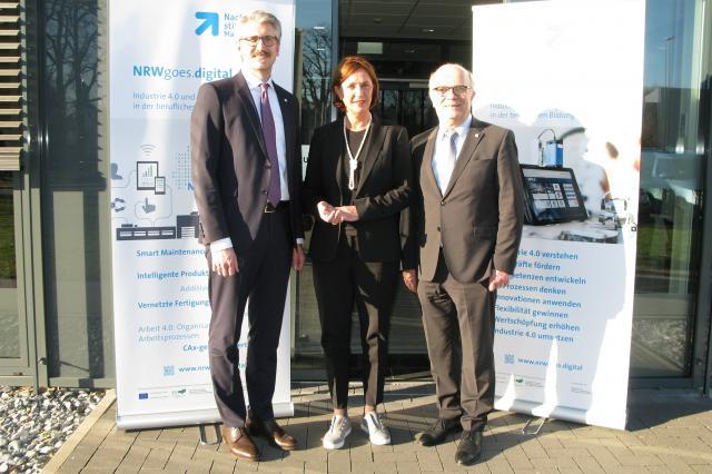 Ministerin für Schule und Bildung in NRW Yvonne Gebauer besucht die Nachwuchsstiftung
