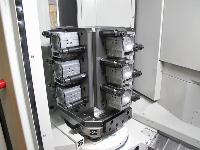 Mittels einer Mehrfachspannvorrichtung können in der HX 404 bis zu 12 Werkstücke mit einer Größe von 200 x 200 mm eingespannt und direkt hintereinander bearbeitet werden.