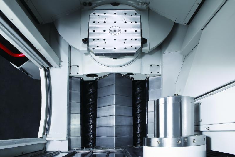 Durch die 90°-Anordnung der Führungsab-deckung bleiben die Späne in der HX 404 nicht an der falschen Stelle im Arbeitsraum liegen und es entsteht kein Spänestau in der Maschine.