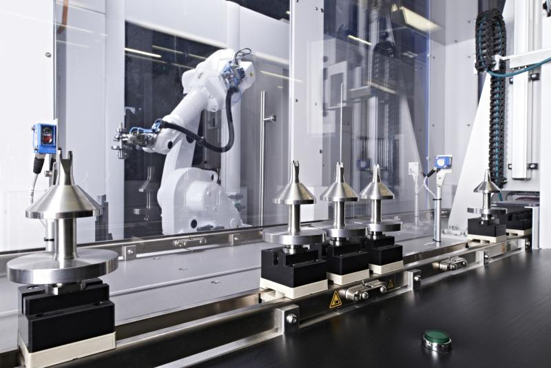 Focusing on the process: IMSTec creates automated production lines like this one, for example, with a customised robot gripper for dependable transport of medical-technology components and products.