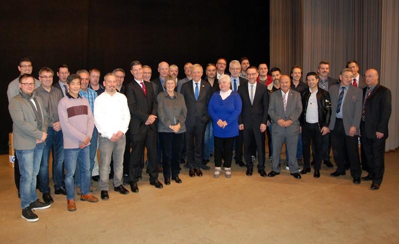 Die Jubilare der Röhm-Standorte Sontheim und Dillingen mit den Bürgermeistern aus Sontheim, Bächingen und Dillingen, Dr. Helmut Rothenberger, Gerhard Glanz und den Betriebsräten.