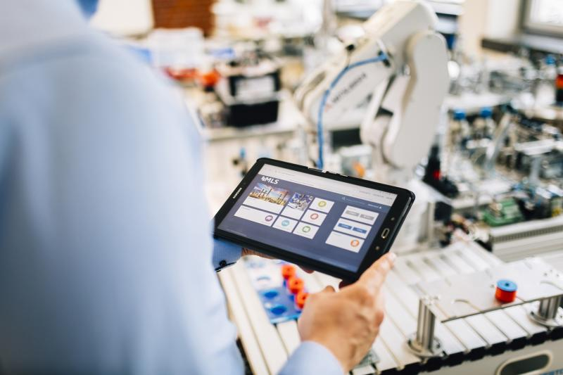 Mobile Learning in Smart Factories (MLS) – eine Arbeits- und Lernappli-kation, die über das Internet abrufbare kontextrelevante Informationen didaktisch aufbereitet zur Verfügung stellt.