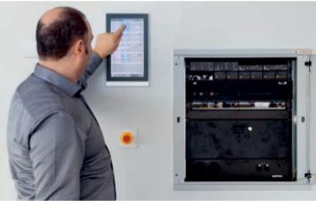 Jeder Raum ist mit einem zentral konfigurierten Touchscreen ausgestattet, an dem durch Betätigung einer Taste beispielsweise der Beamer im Schulungsraum angeschaltet, die Beleuchtung gedimmt und die Jalousien heruntergefahren werden können.