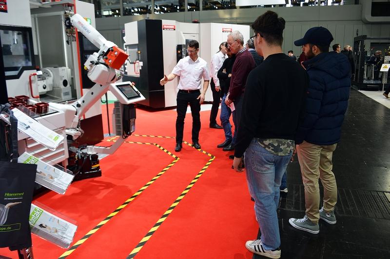 Hommel präsentierte diverse Automationslösungen, wie zum Beispiel eine Robotereinheit oder ein Fertigteilentnahmeband, welche die Leistungsfähigkeit in Bezug auf das Topthema Industrie 4.0 perfekt nahebrachten.