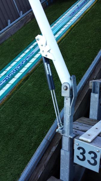 Die beiden Konstruktionselemente von ACE bringen die Startbalken im Anlaufbereich der Skisprungschanze, nachdem der Springer den Balken verlassen hat, selbstständig in die Grundstellung zurück