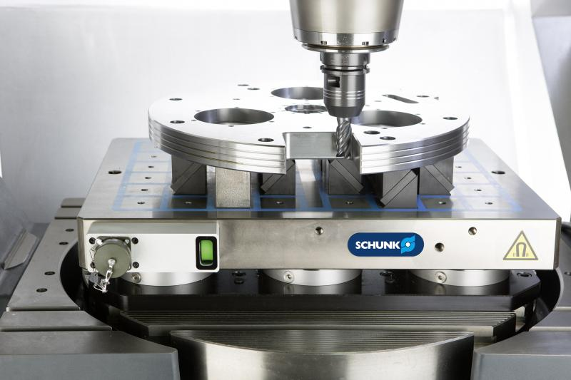 The clamping status of the SCHUNK MAGNOS square pole plates is displayed on the status display (green). The status can also be monitored and transmitted to the machine control system via the SCHUNK KEH control unit. Photo: SCHUNK