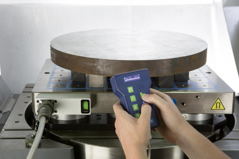 Using the SCHUNK MAGNOS HABE-S plus handheld remote control, SCHUNK MAGNOS magnetic chucks are particularly easy to operate. The current clamping status is automatically displayed. The adhesive force can be set to 16 positions. Photo: SCHUNK