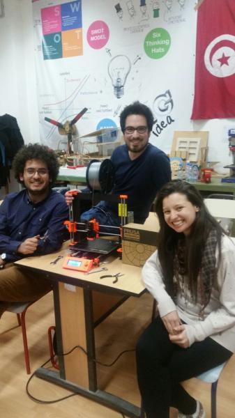 Die erste Gruppe präsentiert den zusammengebauten Prusa 3D-Drucker.