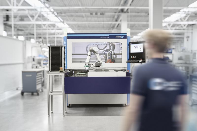 Bei dem Nutzentrenner von SCHUNK Electronic Solutions übernimmt ein Roboterarm die Be- und Entladung. Ein einzelner Mitarbeiter kann somit bis zu fünf Maschinen gleichzeitig bedienen. Bild: SCHUNK