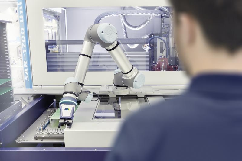 With the depanelling machine from SCHUNK Electronic Solutions, a robot arm takes over the loading and unloading processes. This means that a single employee can operate up to five machines simultaneously. Photo: SCHUNK