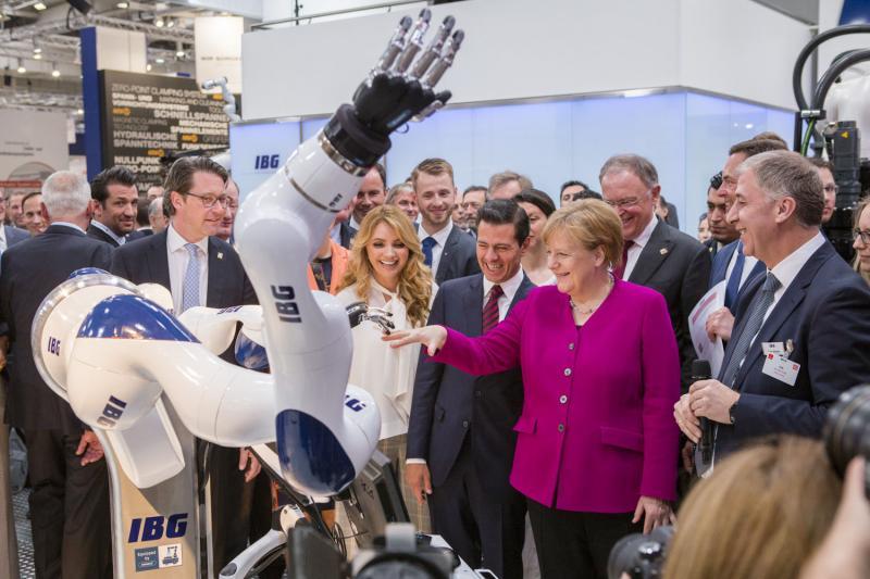 Hand in Hand mit den Technologien von morgen: Bundeskanzlerin Angela Merkel testet auf der Hannover Messe die faszinierenden Möglichkeiten der SCHUNK SVH 5-Fingerhände.  Bild: SCHUNK