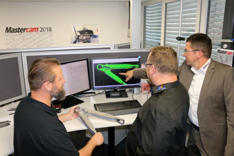 Am Arbeitsplatz (v.l.n.r.): Klaus Strahl (Leiter Vertrieb & Marketing Stangl & Co GmbH Präzisionstechnik), Robert Heitzer (Leiter NC-Programmierung Stangl & Co GmbH Präzisionstechnik), Manfred Ritzer (Vertrieb Unicam Software GmbH)