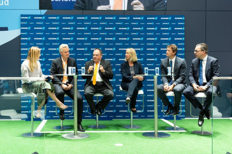 Beim SCHUNK Technik-Torwart-Expertentalk diskutierten führende Köpfe aus IT und Automation Chancen und Herausforderungen des Technologiewandels. Mit dabei waren (v.l.): Jessica Libbertz, Frank Blase (igus), Dr. Bernd Liepert (KUKA), Anja Schneider (SAP Deutschland), Jens Lehmann und Henrik A. Schunk. Bild: SCHUNK