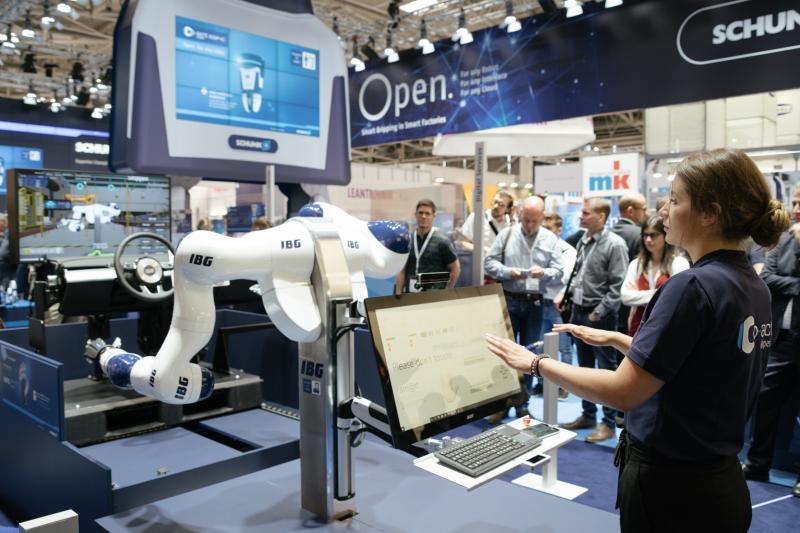 Besuchermagnet: In Kooperation mit dem IBG präsentierte SCHUNK, wie ein Roboter durch Gesten oder Sprache gesteuert wird. Über eine 3D-Kamera folgt das System den Hand- und Armbewegungen des Benutzers und ahmt diese 1:1 nach. Bild: SCHUNK