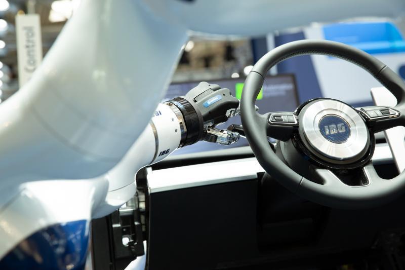 Diese SCHUNK SVH 5-Fingerhand wird allein über Gesten gesteuert. Mithilfe der Technologie, die IBG in Kooperation mit SCHUNK entwickelt hat, wird es künftig möglich sein, Hand in Hand mit Robotern zu arbeiten. Bild: SCHUNK