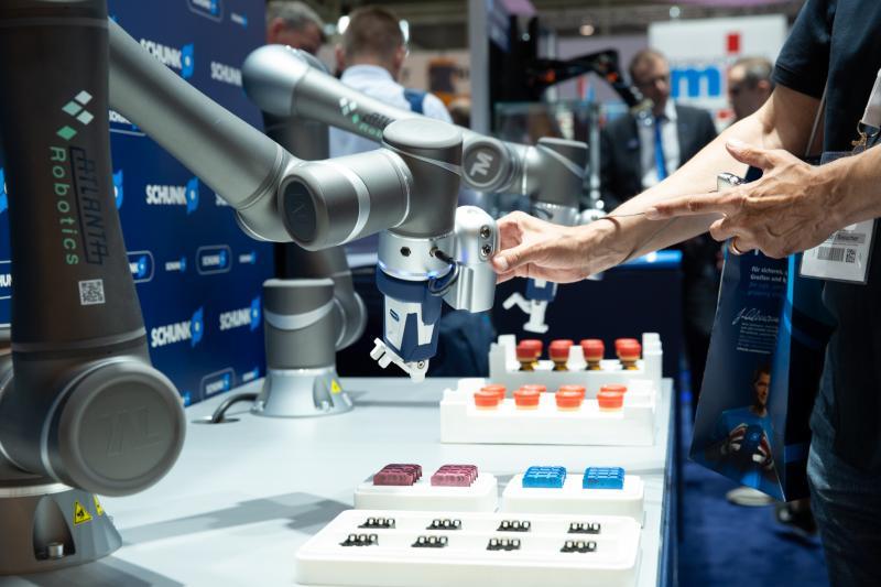 Wie gelingt die Kollaboration von Mensch und Roboter? Am Stand von SCHUNK konnten die Besucher die Anwendungen spielerisch testen. Bild: SCHUNK