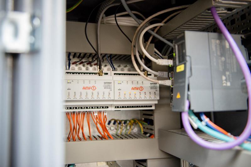 Die neue AMF-Funksensorik: Gateway im Schaltschrank, verbunden mit der Maschinensteuerung.