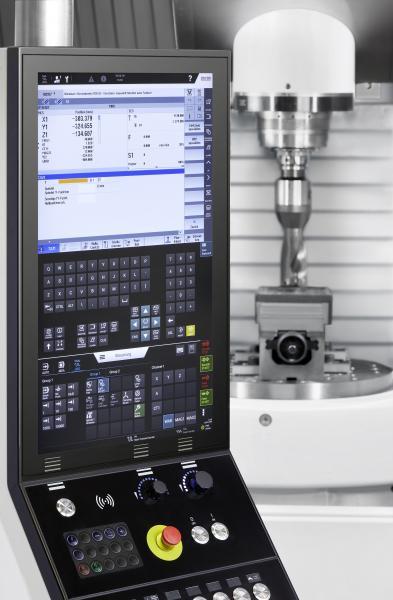 Blick in die CHIRON FZ16 S five axis, die über das neue TouchLine-Panel gesteuert wird.