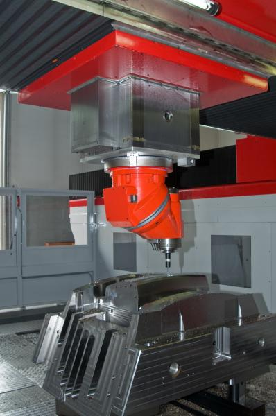 Die Produktion ist mit Maschinen der neuesten Generation ausgestattet. Das Werk in Renate arbeitet mit Hochgeschwindigkeitsfräsen, Funkenerosions- und Tiefbohrmaschinen.