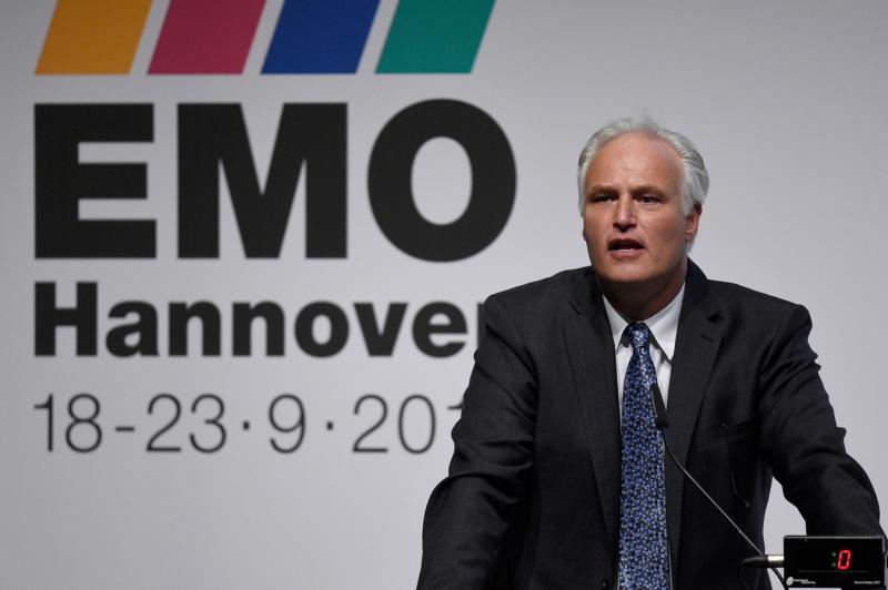 Seit 2011 vertritt Carl Martin Welcker, Geschäftsführender Gesellschafter der Alfred H. Schütte GmbH in Köln, die EMO Hannover als EMO-Generalkommissar und wirbt bei vielen öffentlichen Auftritten im In- und Aus-land für die Weltleitmesse der Metallbearbeitung.