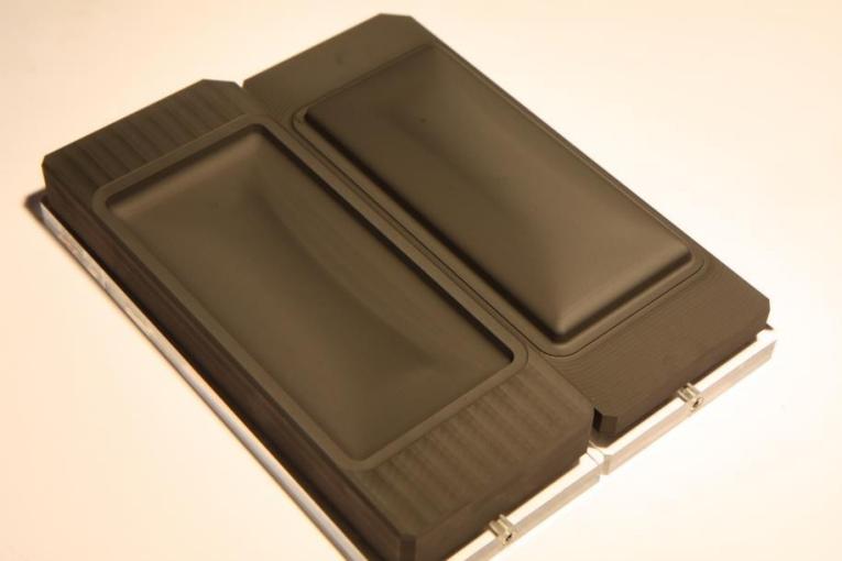 Dedicada al mecanizado de moldes de grafito para productos finales de vidrio como esta funda de teléfono móvil, la Mikron MILL S 400/500 GRAPHITE de GF Machining Solutions domina los requisitos de alta precisión y acabado superficial de la manera más competitiva.