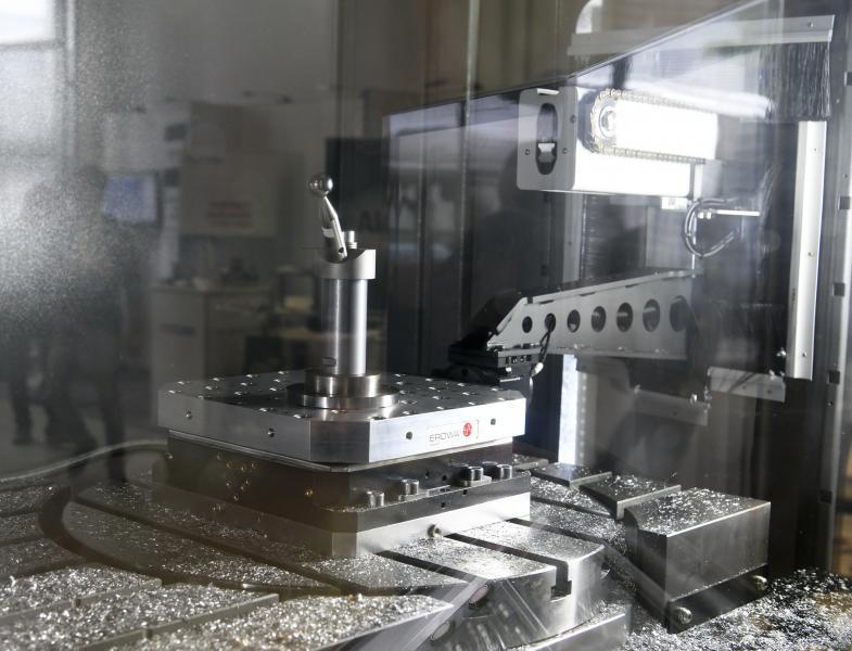 HURCO und der Spezialist für Prozessautomation EROWA präsentieren eine gemeinsame Lösung für die automatisierte Beladung von Werkzeugmaschinen. Sie integriert HURCO-CNC-Bearbeitungszentren über die DNC-Schnittstelle in ein Produktionssystem von EROWA. (Foto: HURCO/EROWA)