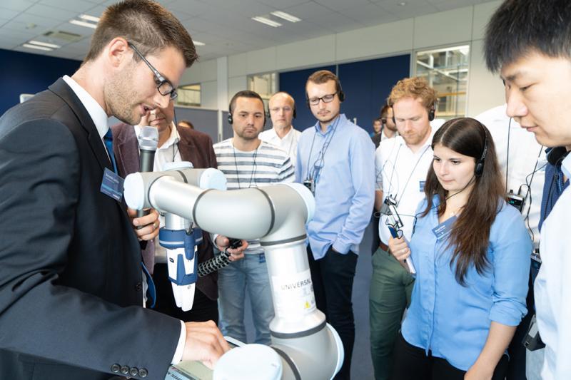 El diálogo entre usuario y tecnología sobre la colaboración entre personas y robots en SCHUNK ofreció una combinación atractiva de teoría y práctica. En la parte práctica, los visitantes pudieron manejar distintas aplicaciones diseñadas para este tipo de colaboración y probar su funcionalidad.