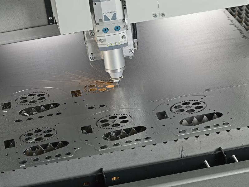 """Unter dem Slogan """"TUBE&SHEET, the best united"""" unterstreicht die BLM GROUP auf der EuroBLECH 2018 die Breite ihres Lösungsangebots für die Verarbeitung von sowohl Rohren als auch Blechen. Die verschiedenen Systeme der Unternehmensgruppe produzieren Werkstücke von höchster Qualität und decken mit ihren innovativen Techniken individuelle Anforderungen von Kunden ab.  Auf der EuroBLECH 2018 präsentiert die BLM GROUP auf ihrem Stand (A36/B36) in Halle 12 einige Spitzenmodelle ihres umfassenden Portfolios, das verschiedene Systemfamilien umfasst. Dabei rückt die Unternehmensgruppe ihren Integrationsansatz in den Fokus. In dessen Rahmen verbindet sie die verschiedenen Techniken für die Verarbeitung von Rohren und Blechen mit eigenentwickelter, spezieller Software zu durchgängigen Prozessen, in denen die Maschinen untereinander wichtige Produktionsdaten austauschen und sich so optimal aufeinander abstimmen."""