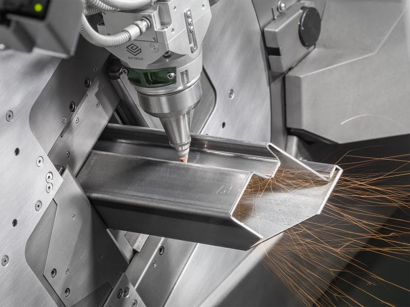 Stellvertretend für die vielen verschiedenen Systeme der Rohrlaserfamilie Lasertube zeigt die BLM GROUP auf ihrem Messestand auf der EuroBLECH die brandneue LT7. In ihr sind 30 Jahre Praxis-Know-how mit dem Rohrlaserschneiden in Form innovativer Techniken zusammengeflossen. Die Rohre werden schnell und effizient gehandhabt und dabei schonend bewegt, so dass einwandfreie Oberflächen garantiert sind. Die innovativen Techniken der Active-Funktionen bieten einfache Antworten für ansonsten komplexe Anforderungen. Beginnend bei der CAD/CAM-Software Artube begleiten diese Software-Applikationen die Maschinenführer durch die gesamte Programmierung und Produktion. Das Ergebnis ist ein System, das mit seiner Leistungsfähigkeit und extrem einfachen Bedienung überrascht. Generell sind die Active-Funktionen ein Schlüsselfaktor des großen Erfolgs der Rohrlaser der Lasertube-Familie.