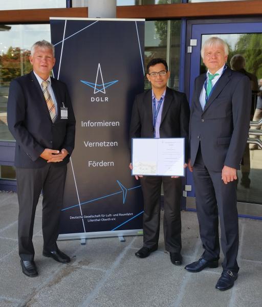 Der Preisträger Parth Rawal mit Prof. Dr.-Ing. Gollnick (li, Mitglied der DGLR) und Prof. Dr.-Ing. Wolfgang Hintze (re) in Friedrichshafen