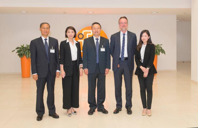 (V.l.n.r.:) Rektor der Shanxi University of Finance & Economic Prof. Dr. Weiqi Liu; Yinan Zhang (ifm); Prof. Dr. Wu Junqing (Bildungsminister der Shanxi Provinz in China); Frank Spitzer (ifm) und Chao Zhang (ifm).