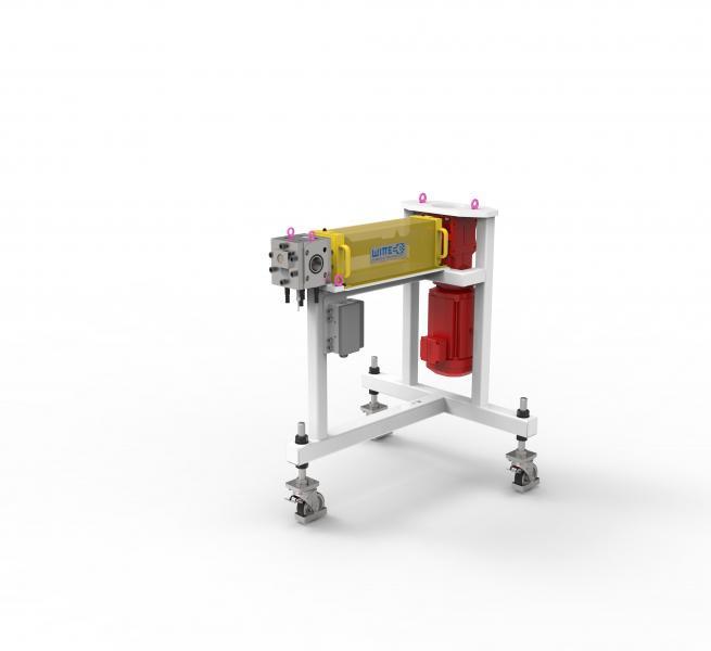 Schmelzepumpen der EXTRU Baureihe werden zur pulsationsarmen Förderung von Schmelze im Extrusionsprozess einsetzt. Die Pumpe wird hinter dem Extruder installiert und sorgt für ausreichend hohen Druck am Werkzeugeingang. Bei dieser Konfiguration wurde die Pumpe aufgrund enger Platzverhältnisse in der Anlage auf einem fahrbaren Wagen mit abgewinkeltem Motor installiert.