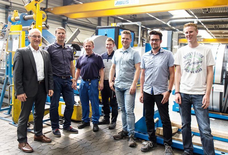 Schritt in Richtung Industrie 4.0 – Gemeinsam haben die Projektverantwortlichen (v.l.n.r.) Jürgen Döring (PROXIA Vertriebsleiter West), Ekkehard Böhm (Geschäftsführer Tillmann), Miroslaw Piwowar (Maschinen-Einrichter), Jan Krengel (Maschinenbau Leiter), Denis Magné (Fertigungsplanung), Stefan Gräb (IT-Leiter) und Bastian Vielhaber (IT) mit der MES-Einführung erfolgreich den Grundstein in Richtung Industrie 4.0 bei Tillmann gelegt