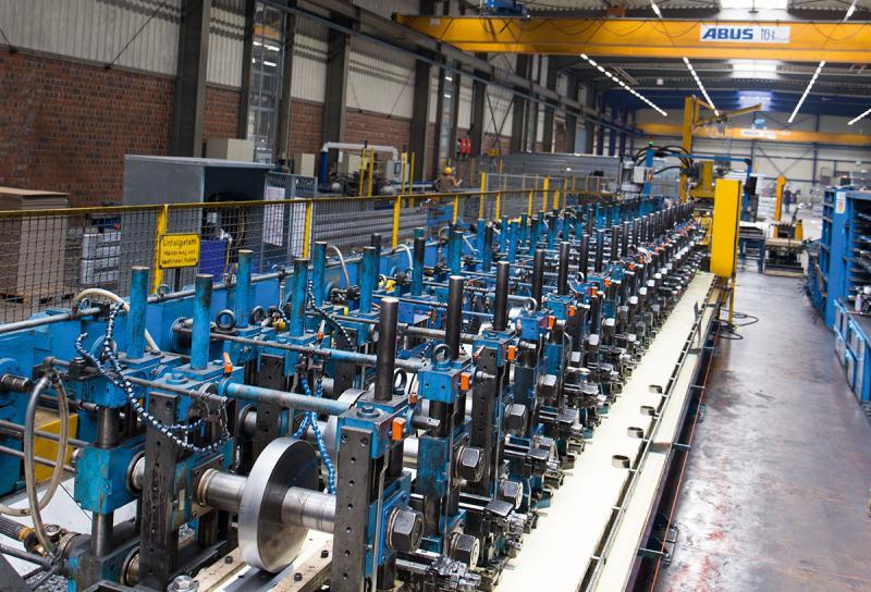 Hochspezialisiert – Tillmann stellt Stahl-Profile in Materialstärken von 0,3 mm bis 8 mm her. Die Breite der verwendeten Stahlbänder variiert zwischen 10 mm und 1.000 mm. Ein großer Teil der Kunden kommt aus der Automobilindustrie und dem Fahrzeugbau.