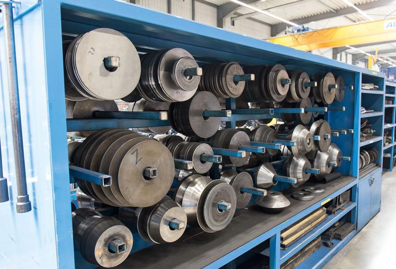 Hohe Fertigungstiefe – Zwölf Profi lieranlagen, mit denen die Stahlbänder zu Profi len umgeformt werden, kommen bei Tillmann in der Fertigung zum Einsatz. Dazu kommen noch Fräs- und Drehmaschinen, diverse Pressen sowie Anlagen für das Laserschweißen. Mit der hohen Fertigungsbreite und -tiefe ist Tillmann gut aufgestellt, um die unterschiedlichen Kundenanforderungen zu erfüllen.