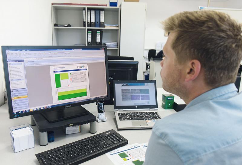 Auswertung auf Knopfdruck – Mit einem Klick im PROXIA MES-Reporting stehen genaue Reports über die Maschinenauslastung, Haupt- und Nebenzeiten und anderer Produktionskennzahlen zur Verfügung.