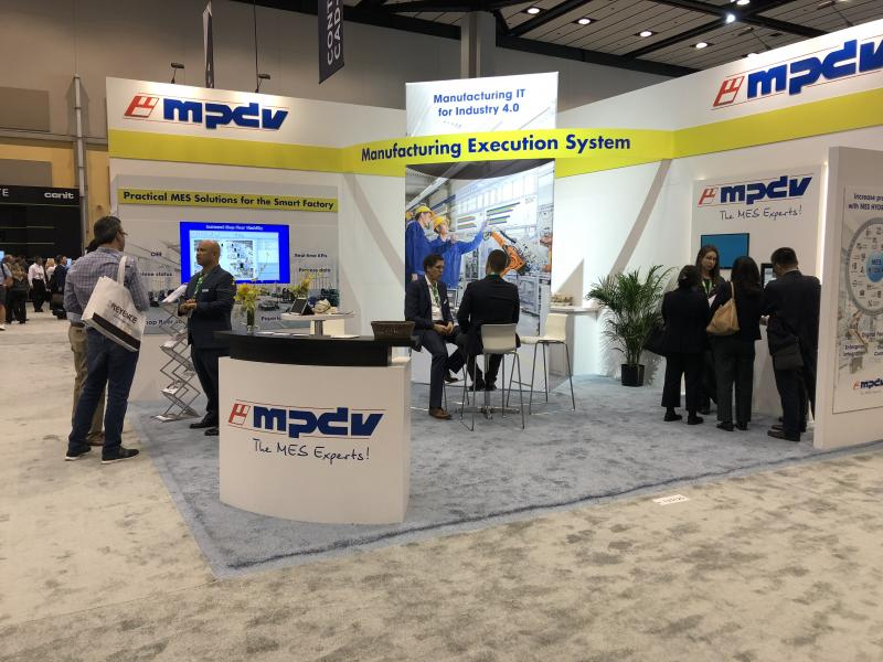 Visitors getting live demos of MES HYDRA directly at the IMTS 2018 booth of MPDV USA and discussing their factories' MES requirements