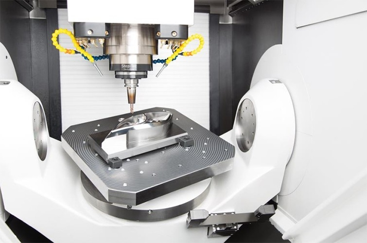 Diese Scheinwerferanwendung für Fahrzeuge zeigt, wie die Mikron MILL P 500 U und Mikron MILL P 800 U von GF Machining Solutions für eine intelligente Produktivität optimiert wurden. Werkzeug- und Formenbauer können damit Trochoidalfräsen zum Schruppen mit höherer Prozesssicherheit und neue Werkzeuge wie beispielsweise Kreissegmentfräser für eine bis zu 30-fach schnellere 3D-Schlichtbearbeitung einsetzen.