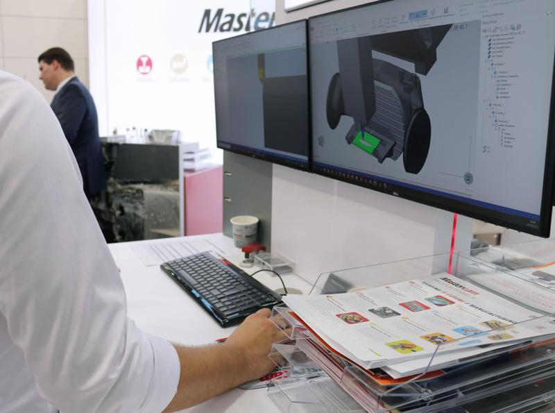 An mehreren Arbeitsstationen konnten sich Besucher des Mastercam-Standes eine Live-Demonstration der neuen Mastercam-Version ansehen.