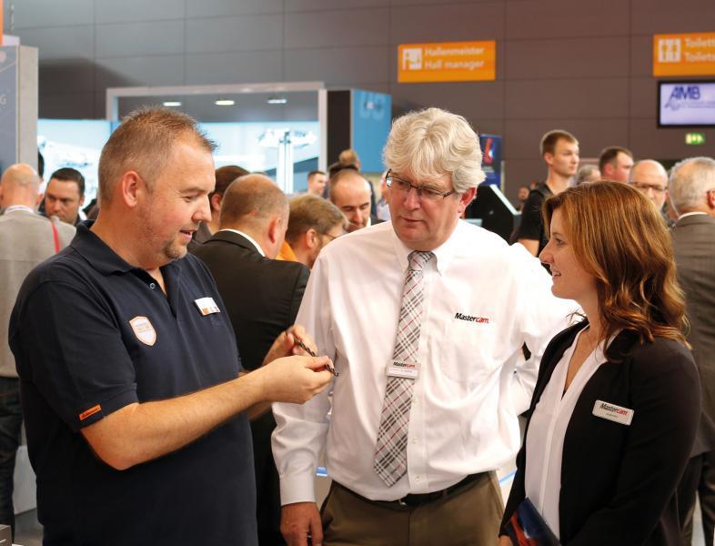 v.l.n.r.: Reinhard Beyer, Hoffmann Group, zeigt Sandy Moffat, CMO CNC Software, Inc. und Meghan West, CEO CNC Software, Inc. innovative Kreissegmentfräser.
