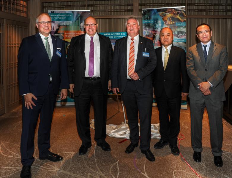 Vertreter aus Politik, Wirtschaft und Industrie nehmen an der Eröffnungsfeier teil