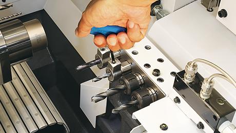 BIG KAISER stellt das weltweit erste Hydrodehnspannfutter speziell für Langdrehmaschinen vor. Dieses neue Spannfutter löst häufig auftretende Probleme bei der Verwendung von ER-Spannzangenhaltern und ermöglicht einen deutlich einfacheren Werkzeugwechsel mittels Inbusschlüssel. Das Spannfutter liefert dieselbe hohe Rundlaufgenauigkeit und Wiederholbarkeit wie alle anderen Hydrodehnspannfutter von BIG KAISER.