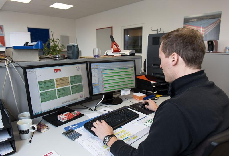 Auswertungen in Echtzeit – Die MDE-Software von PROXIA auf dem linken Bildschirm stellt aktuelle Produktionsdaten in Echtzeit bereit. Der PROXIA Zeitstrahl auf dem Monitor rechts bietet einen vollständigen Überblick über die Leistung einer Anlage in einem bestimmten Zeitraum