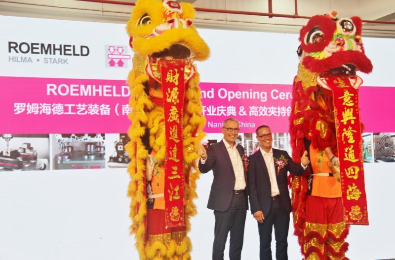 Chinesische Bräuche: Philipp Ehrhardt (rechts) und Hans-Joachim Molka aus der ROEMHELD-Geschäftsleitung beim traditionellen Löwentanz.