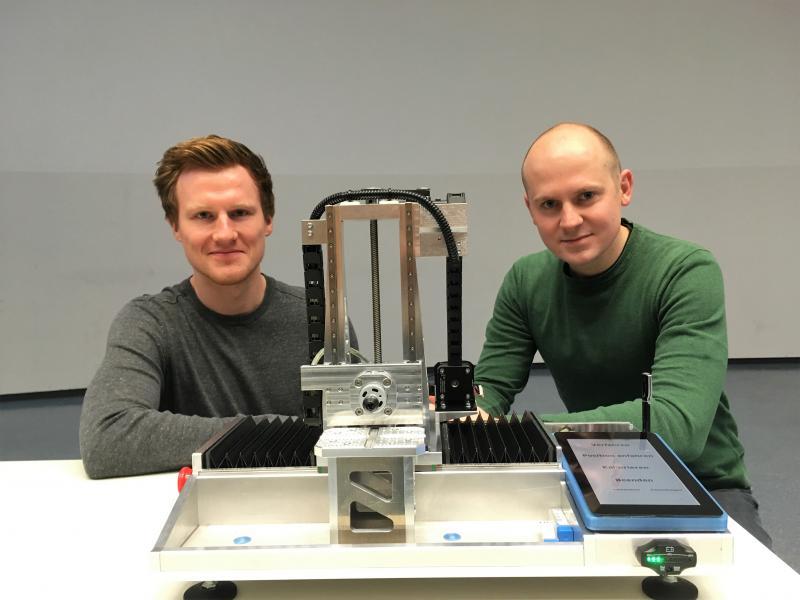 Die Studenten Tobias Brunsmann und Christoph Riebold haben im Rahmen einer Projektarbeit am ISF eine 3-Achs-Werkzeugmaschine selbst entwickelt, konstruiert und gefertigt.