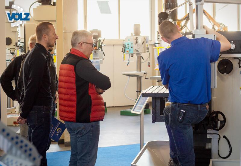 Vom 14. bis zum 16. November präsentierte die Firma VOLZ einmal mehr eine Vielzahl moderner, hochwertiger Werkzeug- und Blechbearbeitungsmaschinen. Auf allen drei Messetagen stand das qualifizierte Team aus VOLZ Technikern und Verkäufern für die Besucher bereit und führte sie durch das umfangreiche Produktportfolio.