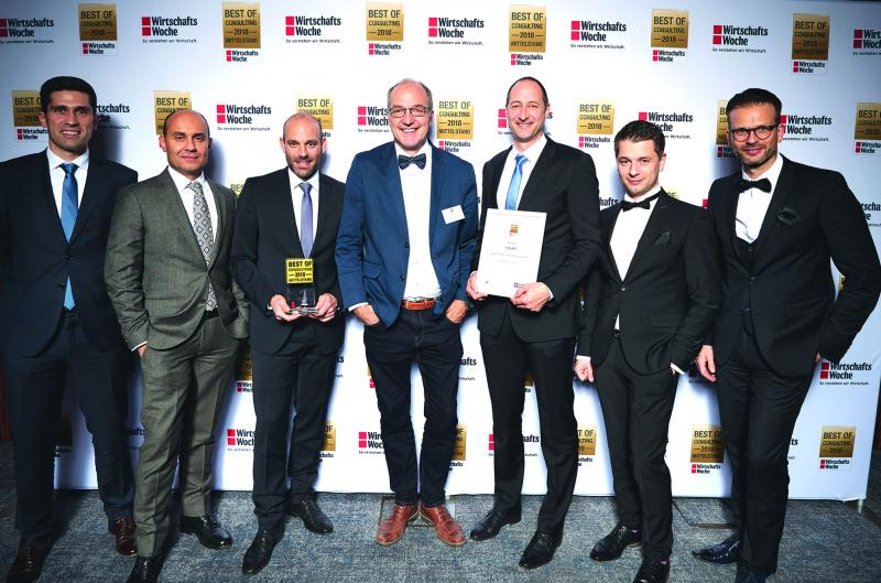 The team of Tebis Consulting proudly received the award of the business journal ''WirtschaftsWoche'' as ''Best of Consulting Mittelstand 2018'' in the category of  ''competitive strategies''. (from left to right: the consultants Tiago Ferreira and Burak Beklenoglu, Jens Lüdtke, Head of Tebis Consulting, Kaspar Hürlimann, Managing director of Formbar AG and the consultants Markus Rausch, Tomek Kawala, Julian Odeh)