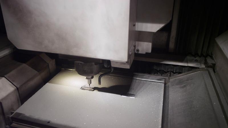 Der Fräskopf: Dessen Hochleistungsspindel beschleunigt den Fräser auf bis 45.000 U/min.